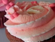 Cupcakes red velvet con farcia al marscarpone e fragoline di bosco, decorate con romantici cuori in pasta di zucchero