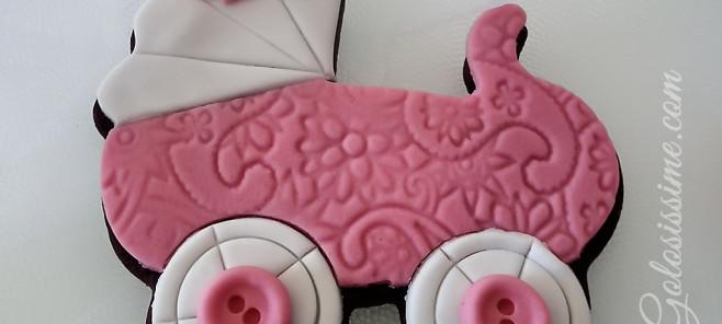 Biscotti decorati con pasta di zucchero a forma di carrozzina, una simpatica idea per una bomboniera o segnaposto