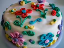 Torta pasta di zucchero Quilling, torta arcobaleno composta da 5 strati colorati, farcita con crema di ricotta e decorata con tecnica quilling.