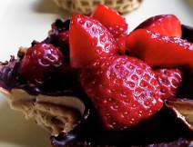 Cestini di cialda glassata con cioccolato fondente ripieni di fragole o frutta di stagione