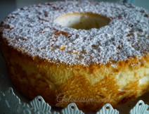 Angel cake, leggera e soffice come una nuvola questo torta completamente priva di grassi si prepara con soli albumi, farina e zucchero.