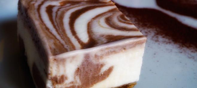 Cheesecake al cioccolato, una base di biscotto croccante e una morbida crema variegata al cacao amaro rendono questo dolce di origine anglosassone perfetto per una merenda o un dopocena estivo