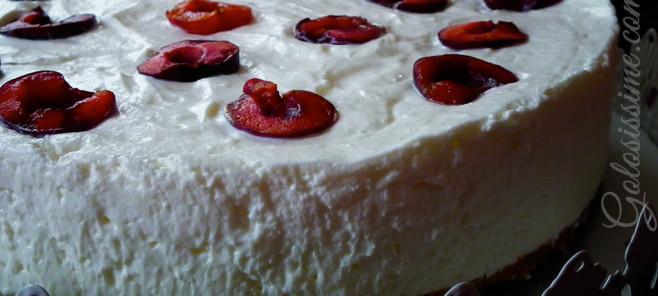 Cheesecake allo yogurt, dolce di origine anglosassone nella versione light con yogurt bianco. Arricchito con ciliegie fresce e' un dolce perfetto per una fresca merenda estiva