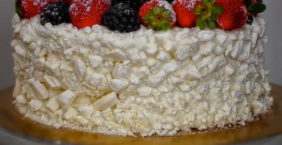 meringata ai frutti di bosco, un classico della pasticceria italiana, nella versione con frutti di bosco. Dolce fresco ed elegante da proporre in ogni stagione