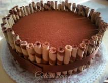 Tiramisu, un classico della pasticceria italiana rivisitato in versione torta. Pan di spagna alla vaniglia, bagna al caffè e morbida crema al mascarpone circondati da croccanti wafer.
